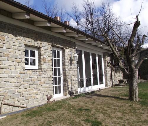 Veranda con portefinestre laccate bianche