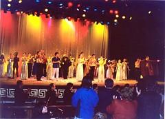 El Conjunto Maucó en el saludo final del cuadro Viaje al Corazón de Neruda. Homenaje al Centenario de su Natalicio. Teatro Municipal de Viña del Mar, agosto de 2004.