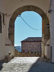 Porta Ranna (Antonio De Capua) Tags: earthquake alley ruins stones fortifications vicolo pietra middleages borgo medioevo rovine terremoto cintamuraria fortificazione definsivewalls