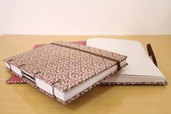 "Cadernos ""Floral Marrom"" (Bella Mia Ateli) Tags: french  stationery bookbinding binding mo caderno feito cadernos papelaria copta cadernosartesanais coptafrancesa"