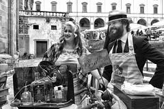 coiffeurs de rue (carlo tardani) Tags: bw piazza toscana coiffeur bianconero barbieri arezzo antichit piazzagrande blackandwhitephotos fieraantiquaria bestportraitsaoi nikond750 barbieridistrada