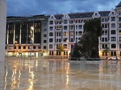 Guggenheim Bilbao (polletjes) Tags: street city flowers reflection statue museum night clouds cat lights evening licht reflex spain nacht wolken bilbao guggenheim avond sir plein poes bloemen stad beeld spanje straat