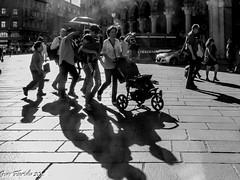 Gruppo di famiglia...in controluce (Gian Floridia) Tags: family bw backlight famiglia milano group bn controluce gruppo piazzaduomo bienne