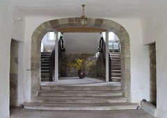 Staircase in Bedheim castle (:Linda:) Tags: flower castle germany stair village thuringia yellowflower treppe step inside bouquet bedheim treppenstufe blumenstraus