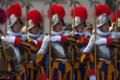 Guardia Suiza (galeriaes.gaudiumpress) Tags: pope vatican rome roma easter square catholic suiza swiss traditional guard pascua vaticano papa tradition vat mass sanpedro guardia misa holiness santidad catolico tradicional eastersunday benediction bendicion domingodepascua stpeterplaza gustavokralj gaudiumpress urbietorbe