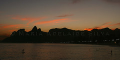Pôr do sol no Arpoador - Sunset at Arpoador (adelaidephotos) Tags: winter sunset sea brazil rio brasil riodejaneiro mar dusk pôrdosol inverno sup anoitecer paddlesurf arpoador pedradagávea morrodoisirmãos gavearock standuppaddle twobrothershill mariaadelaidesilva