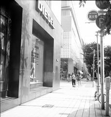posing (komehachi888) Tags: kobe selfdeveloped mumbling fujineopanacros100 filmshots rolleiflexstandard tessar75cmf35