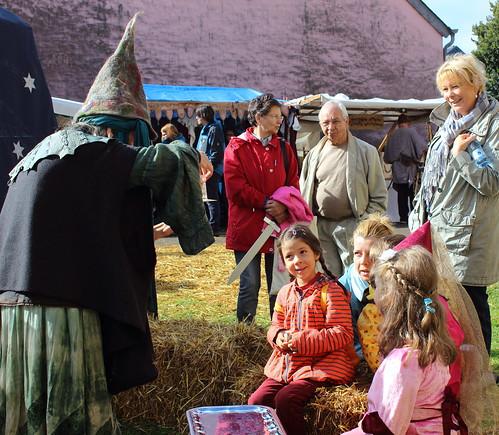 Eine Märchenerzählerin mit Kindern / A storyteller with children / Une conteuse avec l'enfants