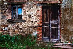 Porta chiusa (2) (Marco Trov) Tags: italy abandoned alberi italia case piemonte canon5d piante hdr ameno lagodorta abbandonato novara marcotrov marcotrovo