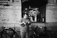 DSR1-E027 (David Swift Photography Thanks for 16 million view) Tags: film philadelphia musicians 35mm ukulele livemusic streetphotography buskers ilfordxp2 streetmusicians readingterminalmarket yashicat4 davidswiftphotography