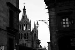 Asomndose a la plaza (Brujo+) Tags: bw byn mxico colonial catedral sanmigueldeallende guanajuato mx gtica pueblomgico