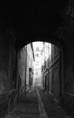 On the side  @  Avignon (sunnybille) Tags: bw france lines canon frankreich streetphotography nb architektur sw avignon perspektive lignes fassade bogen 2015 abandonedplaces linien ontheside photographiederue strasenfotografie strasenansicht lieuxabandonns verlassenorte