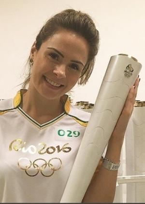 Ex-BBB Ana Paula carrega tocha olímpica em Fortaleza