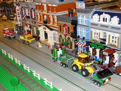Rue avec camion porte-engin TP (LEGO) (xavnco2) Tags: show street france truck model lego via exposition lorry camion salon trucks loader rue diorama picardie maquette lkw 2016 autocarro oise modlisme chargeuse till