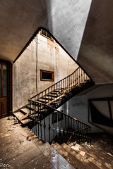 Hueco de la escalera (Perurena) Tags: stairs lights luces shadows decay ruina escalera sombras escombros lucernario abandono urbex barandilla hueco vandalismo peldaos urbenexplore