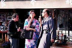 A Spot of Ice Cream (Jake in Japan) Tags: japan temple kyoto couple candid sony streetphotography icecream   kimono   kiyomizu      apsc a6000 jakejung sel1670z e1670mmf4zaoss 6000 ilce6000