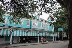 New Orleans - Commander's Palace (Drriss & Marrionn) Tags: street blue usa house building architecture buildings outdoor balcony neworleans diner balconies gardendistrict streetviews neworleansla housestyle streetdetails neworleanscitytrip