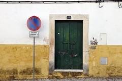 Fachada de Vila Viçosa (John LaMotte) Tags: puerta porta portugal door deterioro decayed dintel fachada infinitexposure vilaviçosa ilustrarportugal