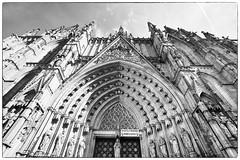 Catedral de Barcelona (vpogarcia) Tags: barcelona white black blanco gris arquitectura cathedral negro gothic bcn catedral ciudad catalonia contraste fachada catalua portada lineas fachade monocromtico gtico