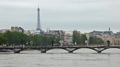 2016.06.02.061 PARIS - La Seine en crue et le Pont des Arts (alainmichot93 (Bonjour  tous)) Tags: paris france seine eau ledefrance toureiffel fleuve crue pontdesarts laseine 2016 passerelle