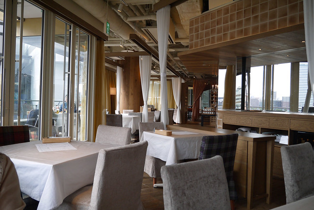 店内は木目を基調としたインテリアと、すわり心地の良い椅子が。 24/7restaurant