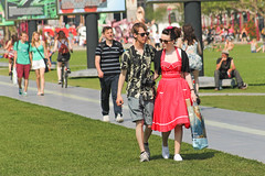 Museumplein - Amsterdam (Netherlands) (Meteorry) Tags: street red summer people woman man holland netherlands grass amsterdam rouge museumplein europe dress candid south femme nederland july streetscene tourists été snowwhite rue paysbas vangogh pelouse sud homme zuid noordholland meteorry 2013 amsterdampeople