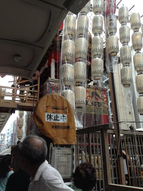 流石にこの位置のバス停は今使えませんよねー長刀鉾のすぐ傍だ。|祇園祭宵山