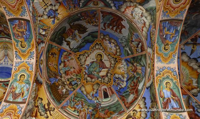 Frescos en el techo del porche de la iglesia