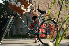 saltos com bicicletas (LetsLetsLets) Tags: blue red terrain flores flower bike bicycle azul dance basket skirt danse slovenia ljubljana slovenija fieldwork vermelha bicicletas maio vlo saia trabalhodecampo 2014 kolo eslovnia danas modro cukrarna cestinho rdee roice