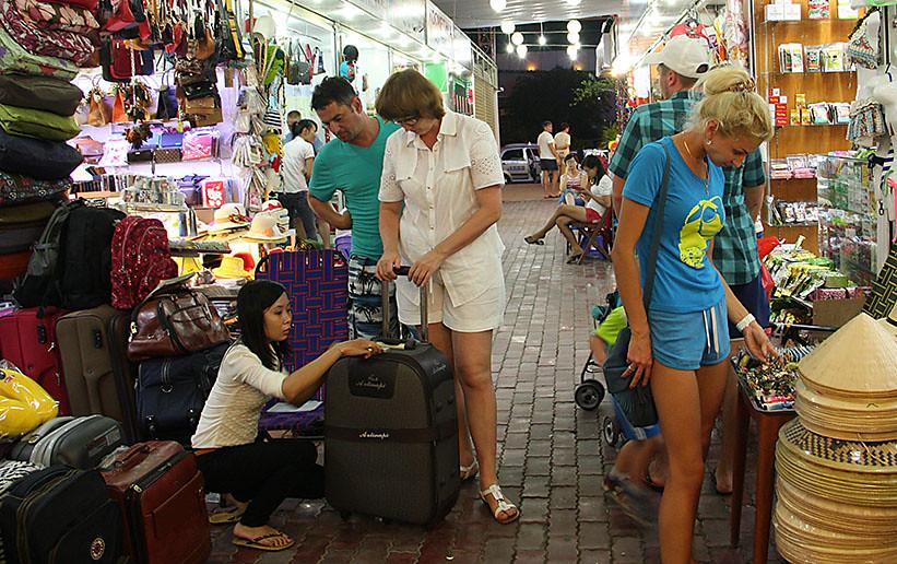 khách du lịch nước ngoài mua sắm tại Nha Trang