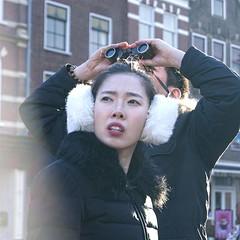 Last van koude oren? (MoniqueDK) Tags: binocular asian couple delft tourists verrekijker toeristen earwarmers oorwarmers