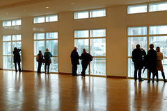 MAK_Fensterfront (penjelly) Tags: city windows people reflection building look museum germany hessen looking view floor frankfurt empty leer parkett kunst musee innen inside reflexion spiegelung gebude museumsufer mak ausblick boden schaumainkai silhouetten angewandte fensterfront