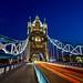 London Tower Bridge mit Verkehr zur blauen Stunde