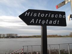 Hier Entlang zur Altstadt von Monheim am Rhein (KL57Foto) Tags: pen germany am kultur olympus stadt nrw rhine altstadt rhein gebude rheinland rhineland monheim ep1 denkmal kreis historisch mettmann monheimamrhein stadtmonheim monheimer kl57foto stadtmonheimamrhein