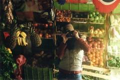 Autoretrato con fruta (Danie Ciol) Tags: selfportrait film 35mm autoretrato