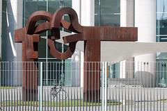 Radfahren in Berlin (lunamtra) Tags: berlin bike skulptur fahrrad chillida kanzleramt stahl regierungsviertel corten schultes wetterfesterstahl