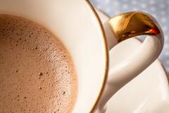 Tiny bubbles (WillemijnB) Tags: cup tasse gold or bubbles hotchocolate foam teacup schuim mousse bulle bubbels goud kopje chocolademelk macromondays
