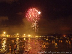 Feliz Noche de San Juan (Daniel Vinuesa) Tags: sanjuan fireworks beach reflect sea mar canary islands spain espaa party celebrations danielvinuesa wwwfotosdegrancanariacom