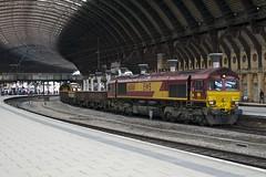 66061 With Autoballasters, York Station (Richard Croft136) Tags: train wagon engineering railway railwaystation freight jja yorkstation class66 ews networkrail balast autoballaster dbschneker