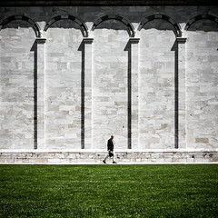 camposanto monumentale I (thombe77) Tags: italien shadow italy green grass wall canon walking square eos 50mm shadows pisa 7d grün schatten mauer rasen gehen monumentale quadrat quadratisch camposanto