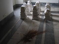 Shinobu Mikami, Inscription (La Prima Pietra) Tags: mostra sculpture white art rust arte floor bend shows cloth cloths bianco carrara ruggine scultura pavimento stoffa panni piegare