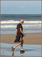 marcheur(rokunar) (Photos-oleron) Tags: mer france sport sable ile olympus vague plage marcheur oleron atlantique e510 vertbois rokunar