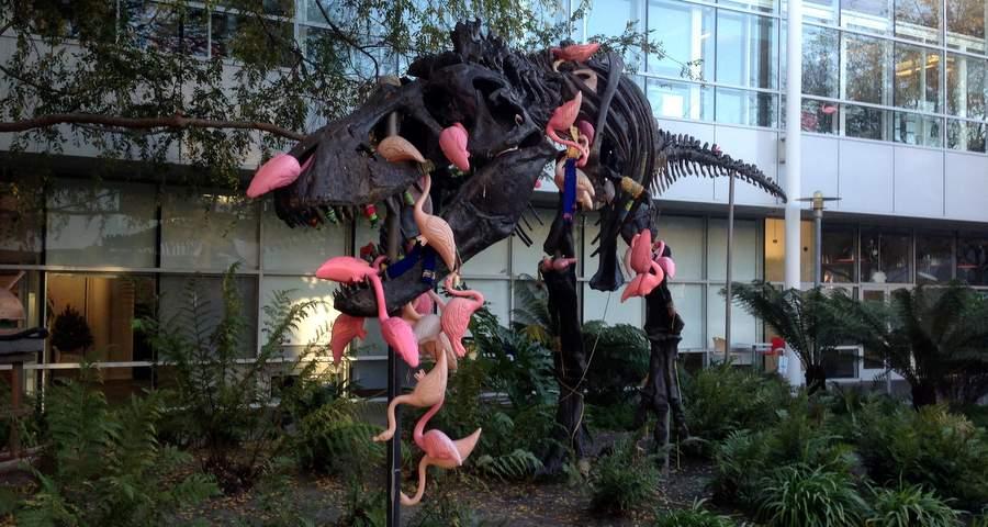 Динозавр на кампусе Гугла