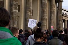 AUFRUF ZUM FRIEDLICHEN WIDERSTAND! FÜR FRIEDEN! IN EUROPA! AUF DER WELT! FÜR EINE EHRLICHE PRESSE! & GEGEN DIE TÖDLICHE POLITIK DER FEDERAL RESERVE (einer privaten bank)! (watchyaworld) Tags: berlin michael politik engagement peace protest frieden lars demonstration potsdamerplatz brandenburgertor anonymous fed montagsdemo für kapitalismus kenfm kommunismus mahnwache aktiv aktivist tesch watchyaworld demonkratie mährholz