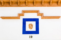 19 (mrholle) Tags: blue espaa color colour yellow spain europa europe coatofarms gelb architektur blau mallorca espagne esp gebude spanien spagna baleares gebaeude farben balearen wappen balearicislands illesbalears islasbaleares portocolom isolebaleari majorque balearischeinseln calamarsal lesbalares maiorica insulamaior