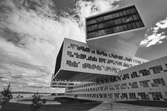 byggekloss (Lisbeth Pettersen) Tags: sky blackandwhite bw building architecture modern clouds himmel skyer telenor arkitektur bygning sorthvitt
