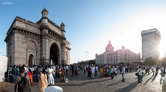 Gateway (-Photloos-) Tags: summer india holiday canon sommer urlaub tourists seeing sight mumbai indien gatewayofindia 500d touristen
