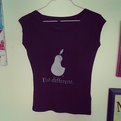 Eat different (Chiaralascura) Tags: sardegna shop donna vegan handmade tshirt bamboo screenprinting v cotton negozio vegetarian organic eco crueltyfree illustrazioni fairtrade apparel meatismurder olbia ecofriendly maglia tazza animalliberation novit ecologico vegetariano vegana serigrafia biologico stampa bamb magliette abbigliamento maglietta equosolidale maglie carbonneutral vegani antispecismo vegane modaetica cotonebiologico chiaralascura antispeciesisms illustration vitavegana shoppingetico