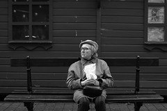 Happy Christmas (FABRICENOEL) Tags: street portrait people bw france blancoynegro monochrome 50mm candid streetphotography nb metz urbain streetphotographer canoneos700d photographierue vision:text=0877 vision:ocean=0511 vision:outdoor=0882