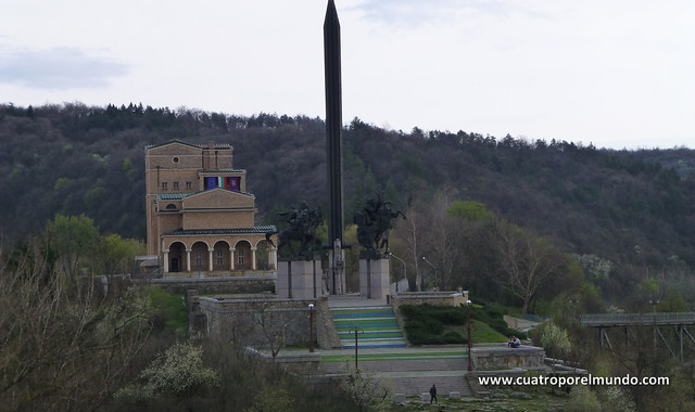 Vista del edificio del museo de arte moderno y del monumento asenid
